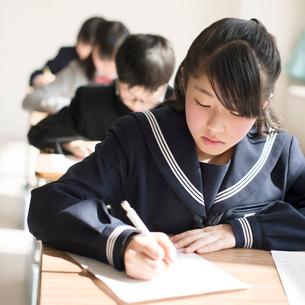 教室でテストを受ける学生の写真素材 [FYI01953468]
