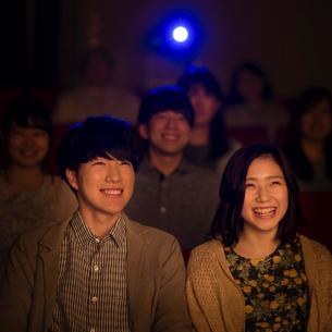 映画を見るカップルの写真素材 [FYI01953469]