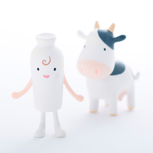 牛とミルクのクラフトの写真素材 [FYI01953471]