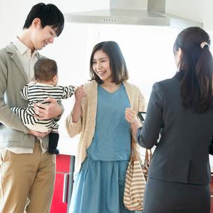 部屋の内見をする家族とビジネスウーマンの写真素材 [FYI01953477]