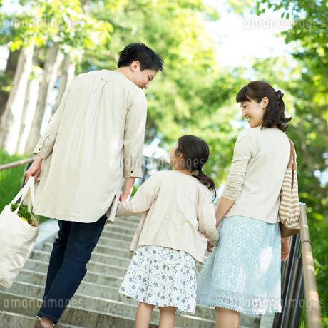 階段を上る家族の後姿の写真素材 [FYI01953479]
