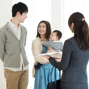 部屋の内見をする家族とビジネスウーマンの写真素材 [FYI01953488]