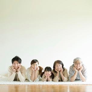 床に寝転び微笑む3世代家族の写真素材 [FYI01953528]