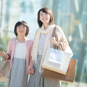 買い物をする親子の写真素材 [FYI01953535]