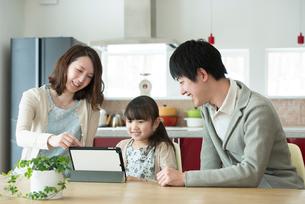 タブレットPCを操作する親子の写真素材 [FYI01953538]