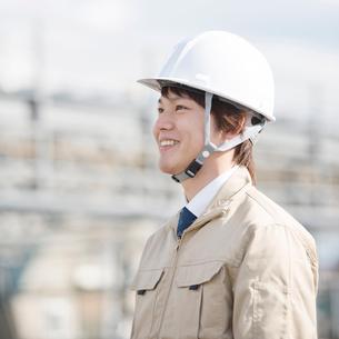 工事現場で微笑む作業員の写真素材 [FYI01953541]