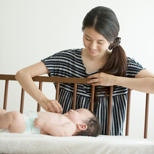 赤ちゃんと母親の写真素材 [FYI01953552]