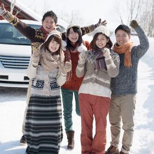 車の前で微笑む若者たちの写真素材 [FYI01953556]