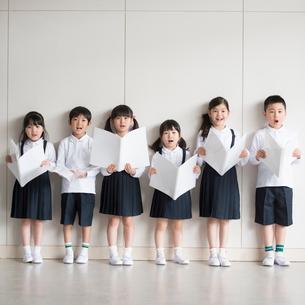 合唱をする小学生の写真素材 [FYI01953576]