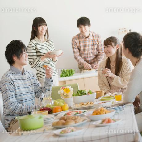 ホームパーティーをする若者たちの写真素材 [FYI01953581]