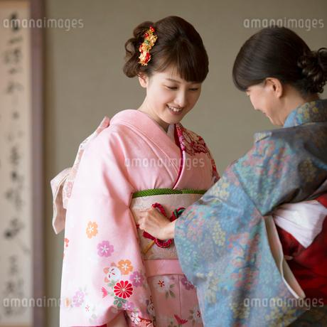 母親に着付けをしてもらう娘の写真素材 [FYI01953590]