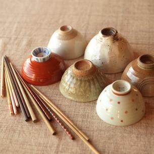 3世代家族の茶碗と箸の写真素材 [FYI01953595]