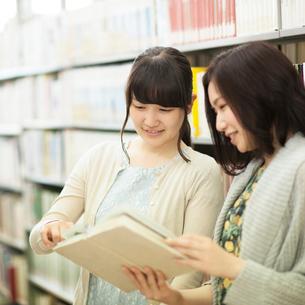 図書館で談笑をする2人の女性の写真素材 [FYI01953602]
