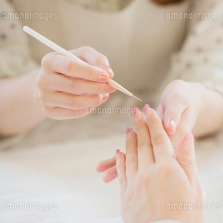 ネイルサロンでケアをする女性の手元の写真素材 [FYI01953616]