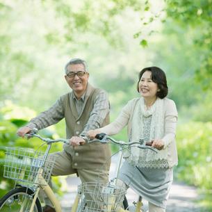 自転車に乗るシニア夫婦の写真素材 [FYI01953618]