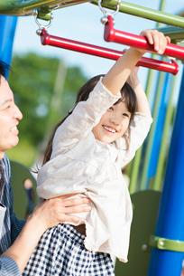 うんていで遊ぶ親子の写真素材 [FYI01953641]
