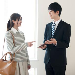 部屋の内見をする女性とビジネスマンの写真素材 [FYI01953642]