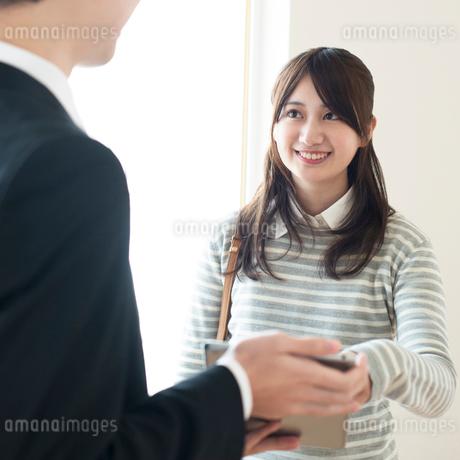 部屋の内見をする女性とビジネスマンの写真素材 [FYI01953647]