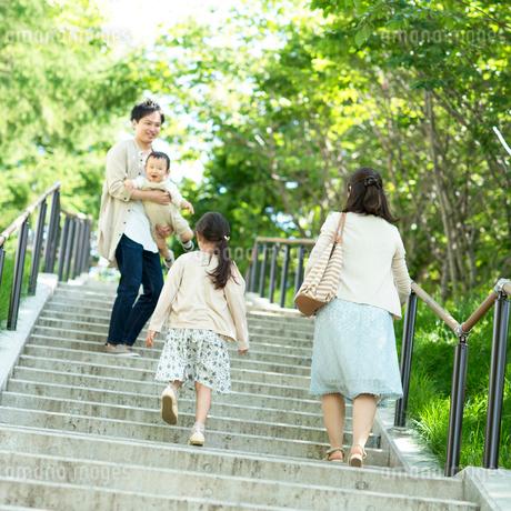 階段を上る家族の写真素材 [FYI01953663]