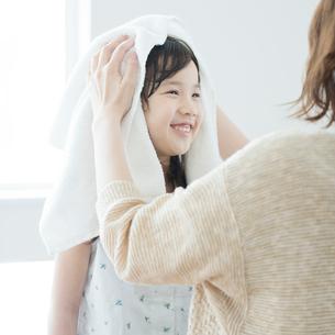 母親に髪を拭いてもらう女の子の写真素材 [FYI01953680]