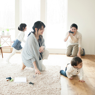 ビデオカメラで家族の撮影をする父親の写真素材 [FYI01953685]