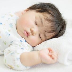 お昼寝をする赤ちゃんの写真素材 [FYI01953712]