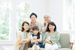 ソファーに集まる3世代家族の写真素材 [FYI01953713]
