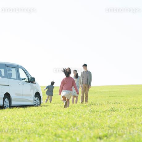 草原で遊ぶ家族の写真素材 [FYI01953722]