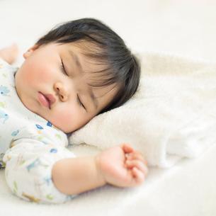 お昼寝をする赤ちゃんの写真素材 [FYI01953724]