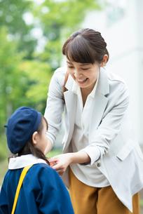 娘の服装を直す母親の写真素材 [FYI01953730]