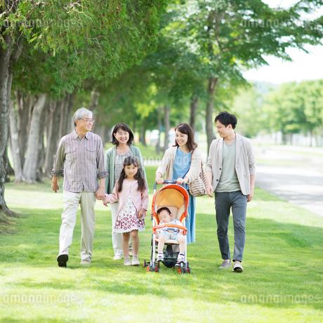 公園を散歩する3世代家族の写真素材 [FYI01953738]