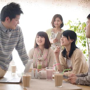 カフェで談笑をする大学生の写真素材 [FYI01953739]