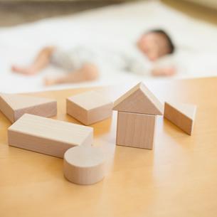 積み木とお昼寝をする赤ちゃんの写真素材 [FYI01953740]