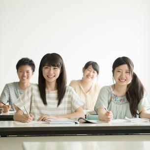 夏期講習を受ける学生の写真素材 [FYI01953742]