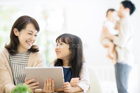 タブレットPCを見る親子の写真素材 [FYI01953767]