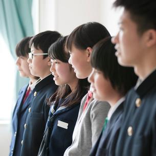 黒板の前に並ぶ学生の写真素材 [FYI01953770]