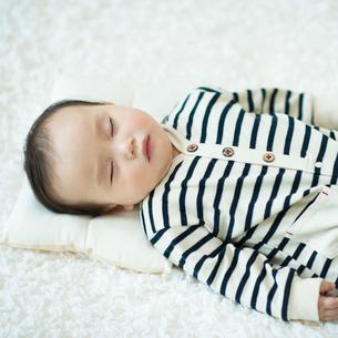 お昼寝をする赤ちゃんの写真素材 [FYI01953771]