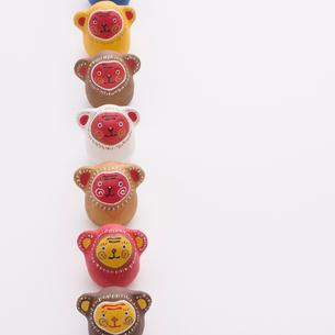 一列に並ぶ猿 干支のクラフトの写真素材 [FYI01953791]
