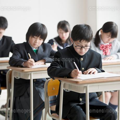 教室でテストを受ける学生の写真素材 [FYI01953802]