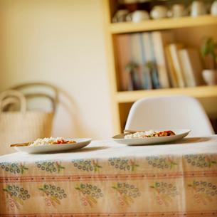 テーブルの上に置かれた2人分の食事の写真素材 [FYI01953808]