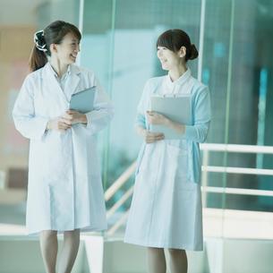 談笑をする女医と看護師の写真素材 [FYI01953809]