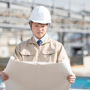 工事現場で図面を見る作業員の写真素材 [FYI01953816]