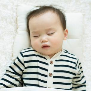 お昼寝をする赤ちゃんの写真素材 [FYI01953823]