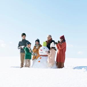 雪だるまを作る3世代家族の写真素材 [FYI01953830]