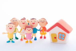 3世代家族と家のクラフトの写真素材 [FYI01953837]