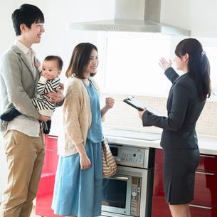 部屋の内見をする家族とビジネスウーマンの写真素材 [FYI01953839]