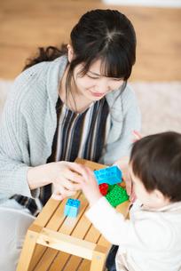 ブロックで遊ぶ親子の写真素材 [FYI01953848]