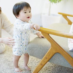 つかまり立ちをする赤ちゃんの写真素材 [FYI01953863]