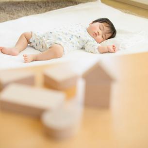お昼寝をする赤ちゃんと積み木の写真素材 [FYI01953899]
