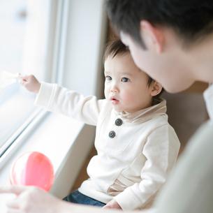 窓の外を眺める男の子の写真素材 [FYI01953916]